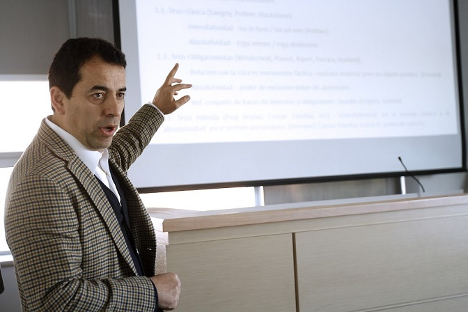 El abogado Jaime Ubilla Fuenzalida, director del Centro de Derecho de Conservación, expuso en el coloquio organizado por la Academia de Derecho Civil y Romano de la Facultad de Derecho UANDES.